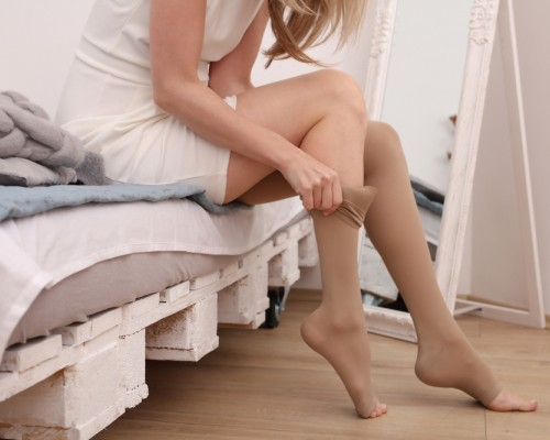 Picioare umflate si dureroase dupa calatoriile lungi? Descoperiti avantajele ciorapilor de compresie!