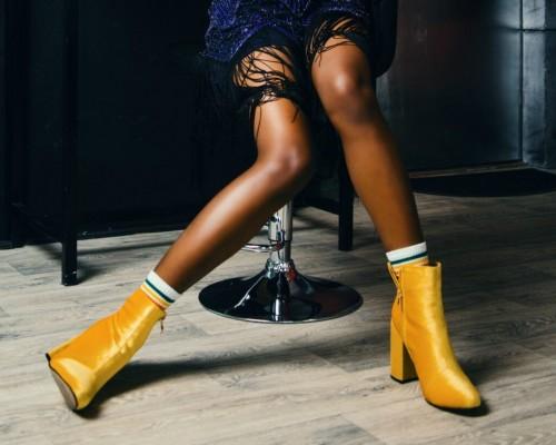 Cum se combina pantofii galbeni?